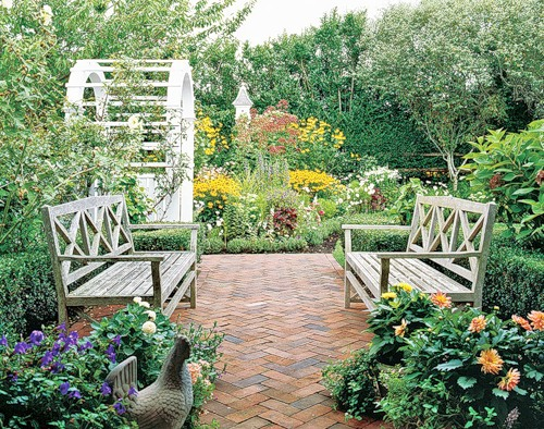 Белые деревянные скамейки на даче