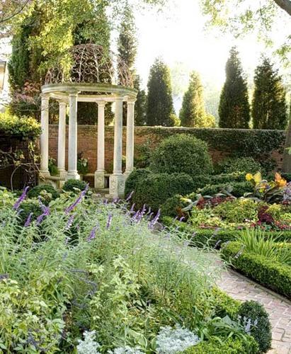 Красивый сад с ротондой