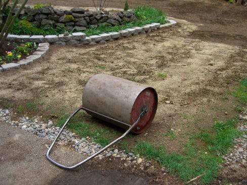 Утрамбовка почвы после посадки газонной травы