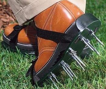 Насадка на обувь для аэрации газона