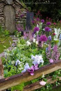 Красивый цветник на даче
