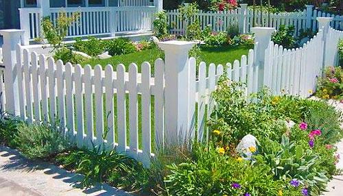 Деревянный забор в палисаднике