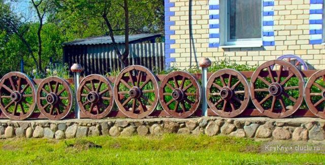 Забор из колес от телеги