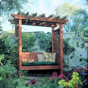 Пергола - место для отдыха со скамейкой