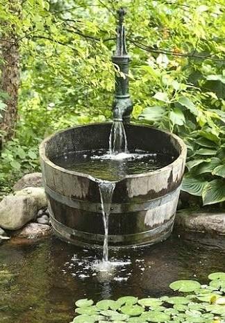 Декоративный фонтан в пруду на даче