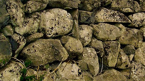 Старинный забор из камня