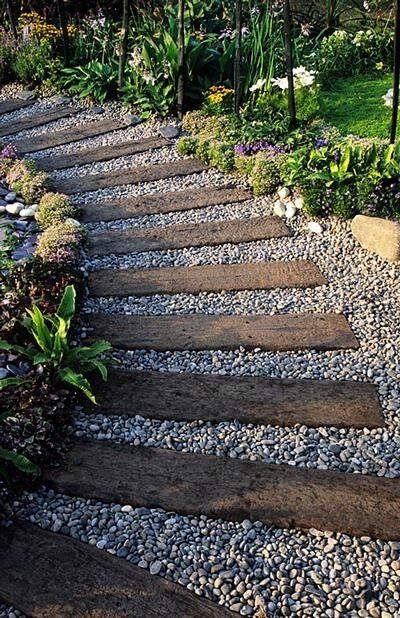 Идея дизайна садовой дорожки со шпалами и гравием
