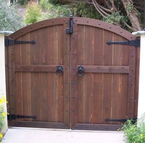 Глухие деревянные распашные ворота