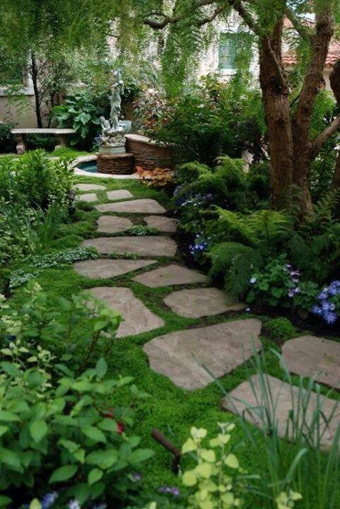 Дорожка из каменных плит с газонной травой