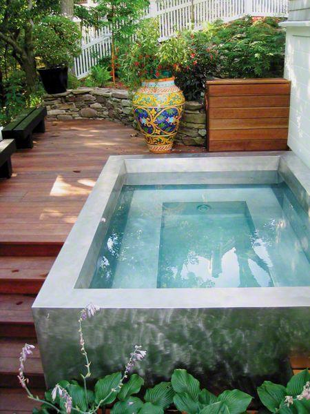 Небольшой бассейн из бетона на даче