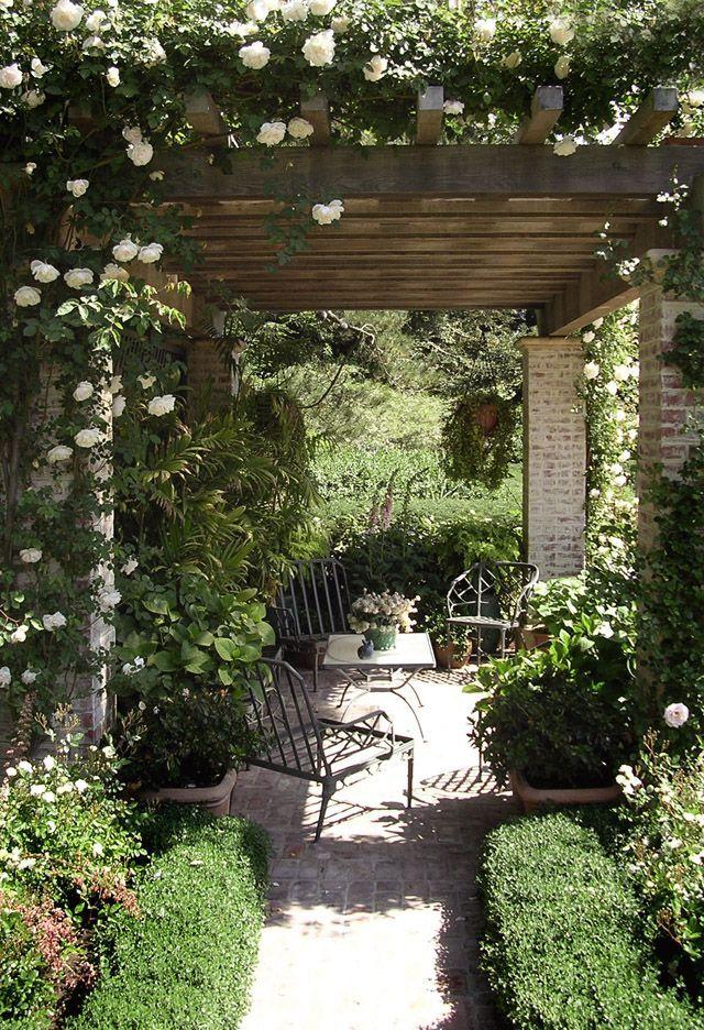 Деревянная пергола увитая плетистыми розами