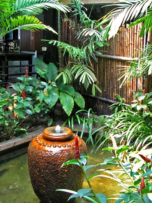 декоративный фонтан в саду