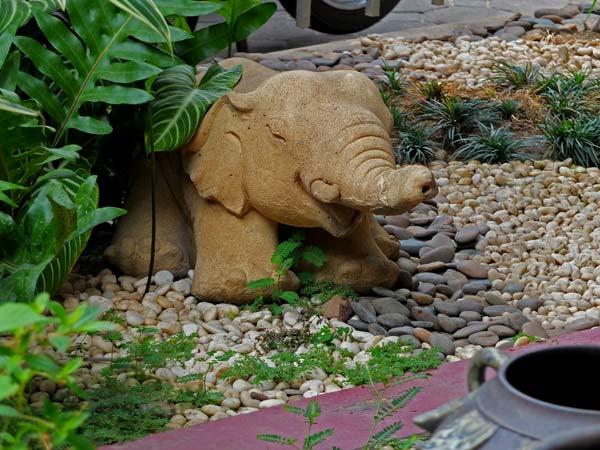 фигурка слона в саду