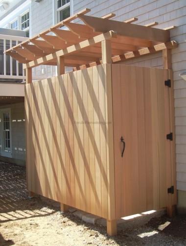 Деревянный душ на даче