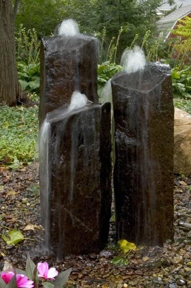 Фонтан из камней - столбов