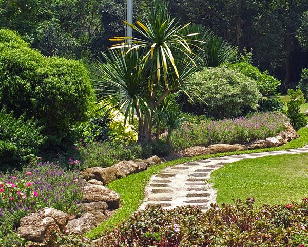зонирование сада - граница газона из больших валунов