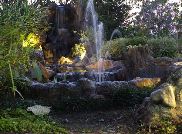 Подсветка фонтана на дачном участке