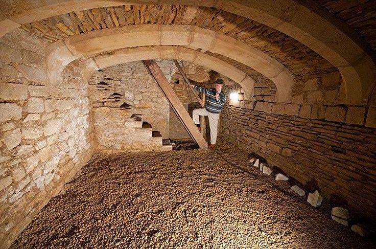 Внутреннее пространство каменного погреба