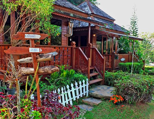 красивый дачный домик с крыльцом и палисадником