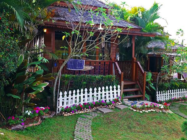 красивый дачный домик - идея палисадника