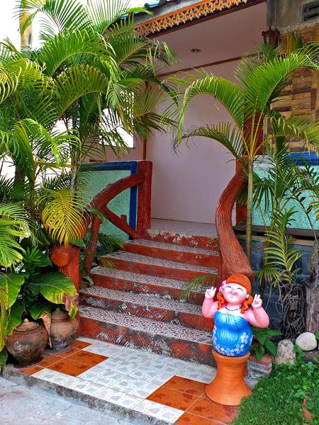 красивый вход лестница в дачный домик