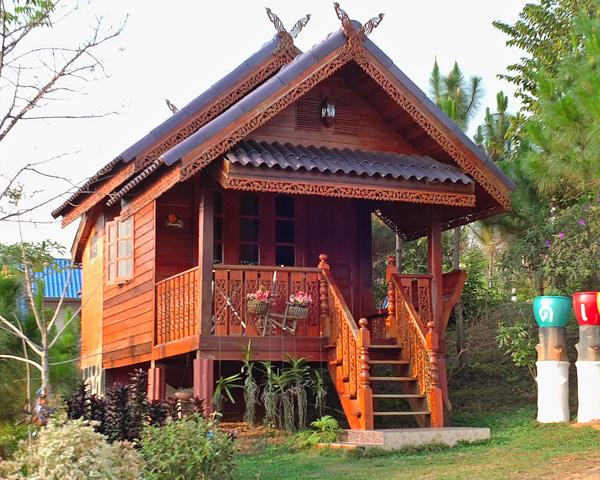 красивый дачный домик с деревянным крыльцом