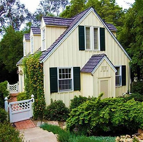 Двухэтажный деревянный дом на даче