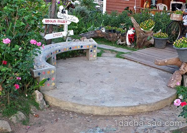 мозаика из битой плитки и круглая бетонная площадка