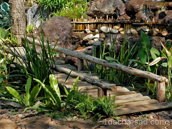 Деревянный мостик через ручей на даче