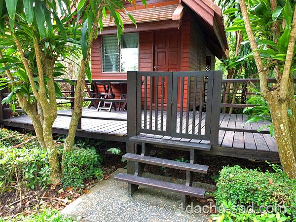 маленький дачный домик с террасой