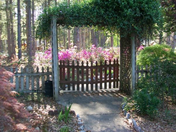 красивые уголки сада - калитка при входе
