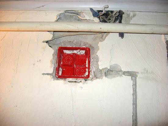 Вверху на фото старая коробка с отключенными проводами - внизу красная новая