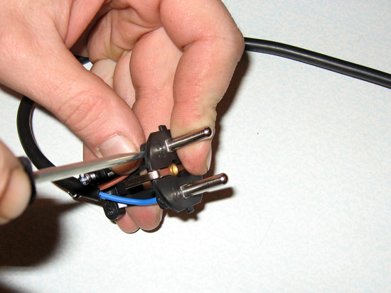 Прикручиваем провода к электрической вилке
