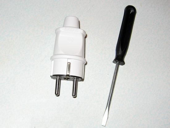 Новая электрическая вилка и отвертка