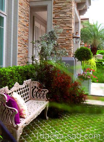 Скамейка на площадке перед входом в дом