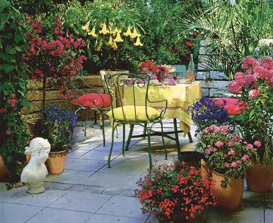 Уголок отдыха на даче - яркое патио с цветами 2