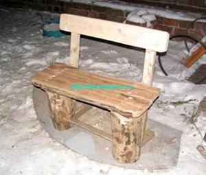 Простая скамейка на дачу из пеньков