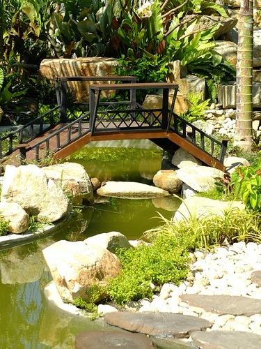 Дизайн мостика через ручей на даче
