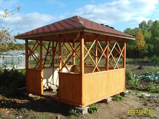 Квадратная беседка с шатровой крышей