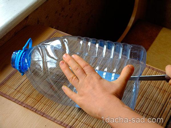 Разрезаю пластиковую бутылку вдоль