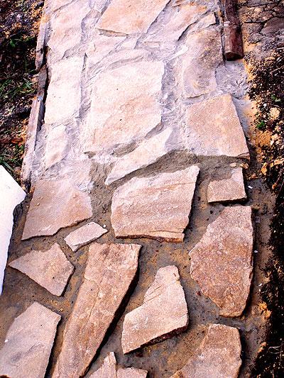 Дорожка из камня плитняка