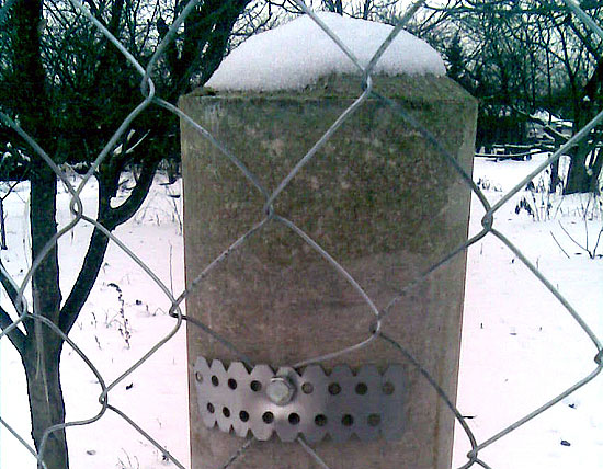 Забор из сетки рабицы на асбестовых столбах