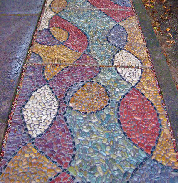 Мозаика в мощении в саду 3