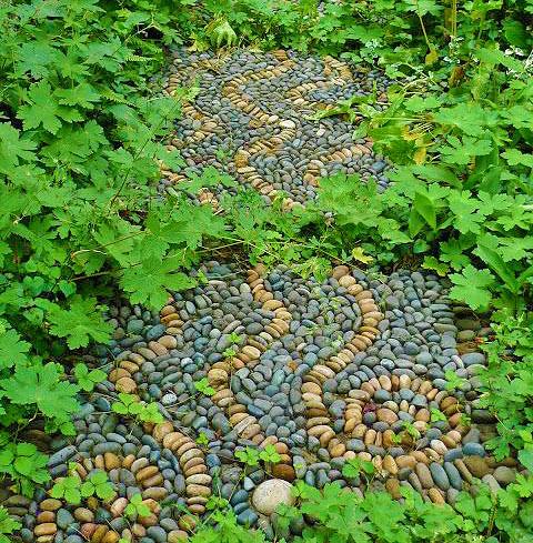Мозаика в мощении в саду 4