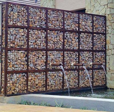 Фонтан - стена из габионов