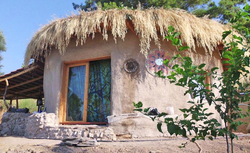 дом из мешков с землей